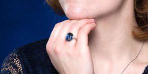 Blauwe sieraden dragen