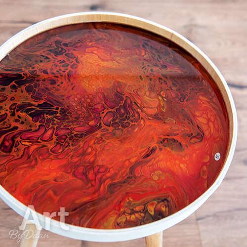 Bijzondere rode bijzettafel met kunstwerk
