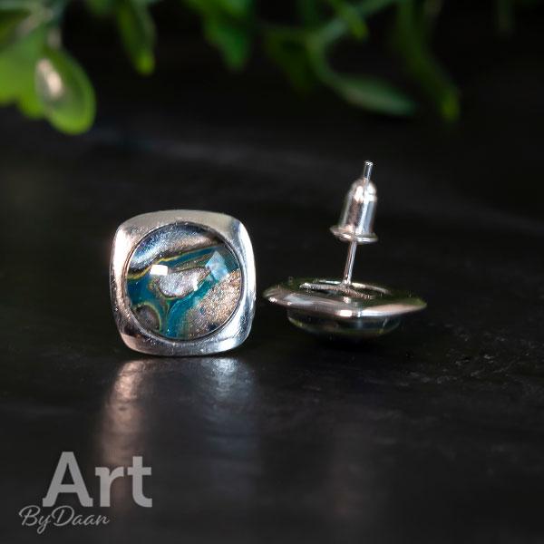Unieke zilveren oorknopjes met groene steen