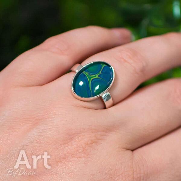 Bijzondere handgesmede ring met blauw groene steen