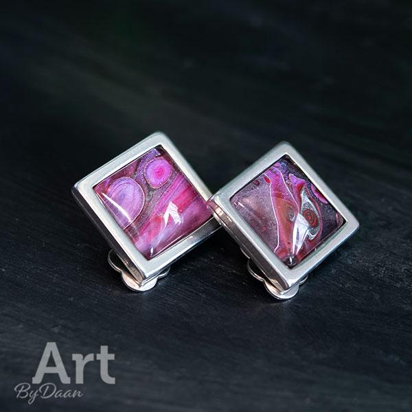 Bijzondere oorclips met roze steen
