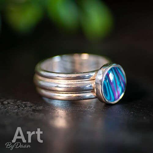 handgemaakte sieraden - Brede zilveren aparte en exclusieve damesring met blauwe steen