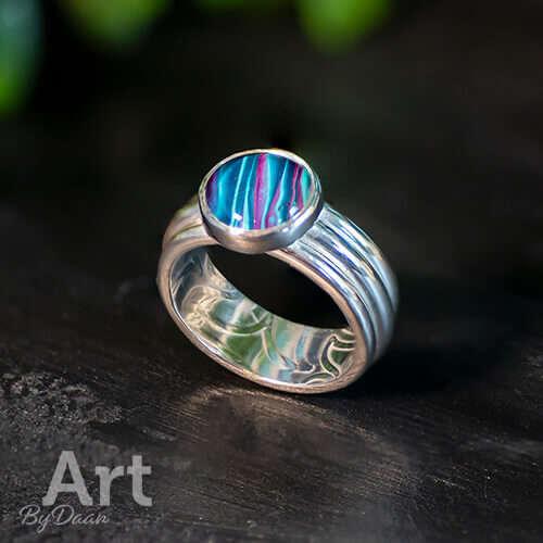 Handgemaakte Sieraden - Brede zilveren damesring met blauwe steen