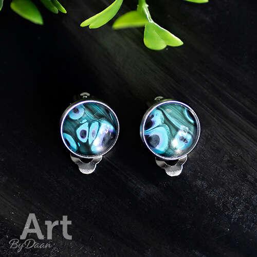 Bijzondere oorclips met blauwe steen