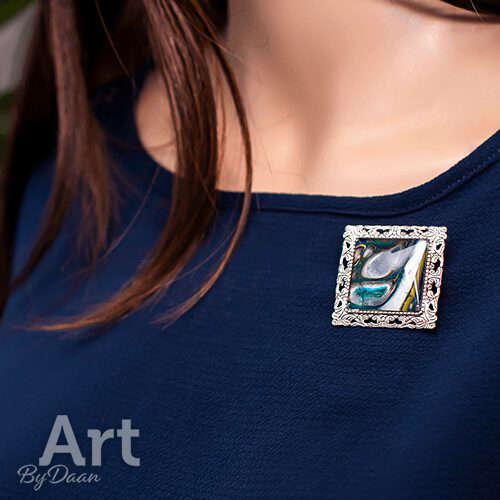 Bijzondere vierkante handgemaakte broche met blauwe steen