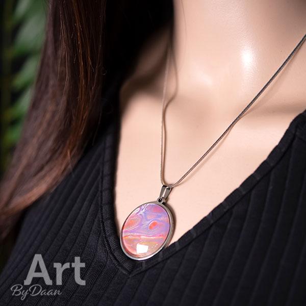 Kleurrijke paarse hanger met ketting handgemaakt