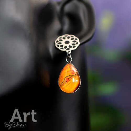 Grote oorknopjes met oranje druppels