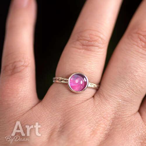 Handgesmede subtiele zilveren ring met roze steen maat 18