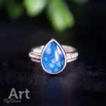 Handgesmede ring met blauwe druppel steen maat 17