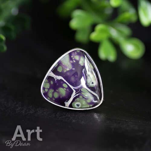 Bijzondere handgemede ring met paarse triangle steen