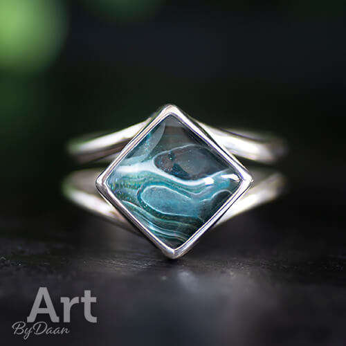 Handgesmede zilveren ring met vierkante groene steen
