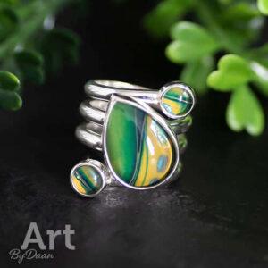 Handgesmede ring met druppelstenen groen
