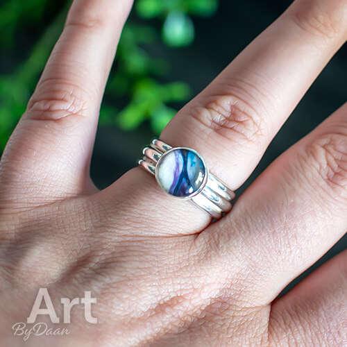 Zilveren brede ring handgemaakt met paarse steen