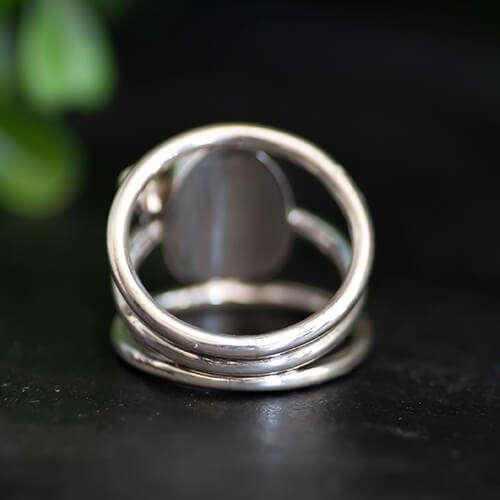 Grote handgesmede ring met ovale steen en amethist