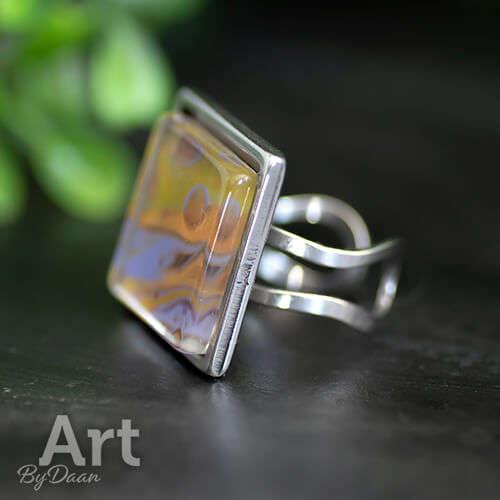 Bijzondere vierkante ring met gekleurde steen paars en goud