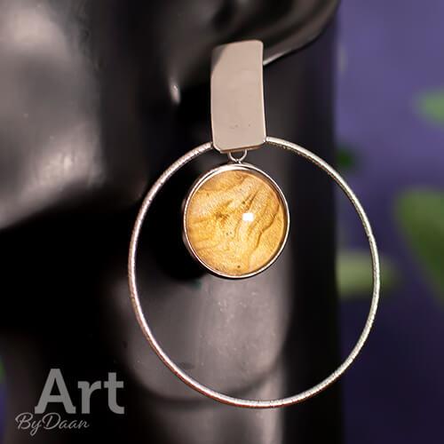 Aparte grote oorringen met goudkleurige steen handgemaakt