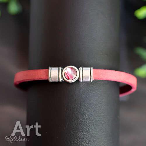 Subtiel rood armbandje met rood steentje handgemaakt
