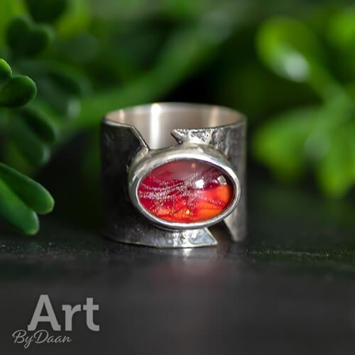 Exclusieve brede zilveren damesring met rode steen
