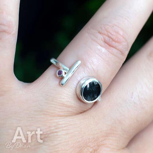 Open handgesmede ring met amethist en kunstwerkje