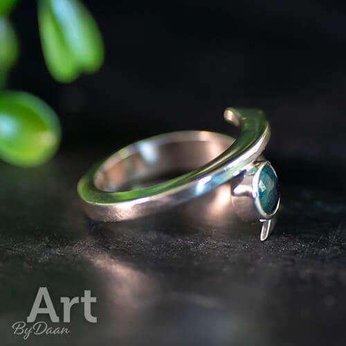 Uniek ontwerp handgesmede ring met groene steen