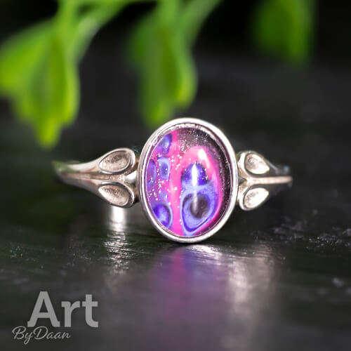 Unieke zilveren damesring met paars roze steen