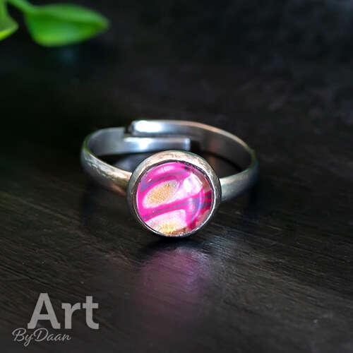 Bijzondere kleine ring met gekleurde roze steen - handgemaakte ringen