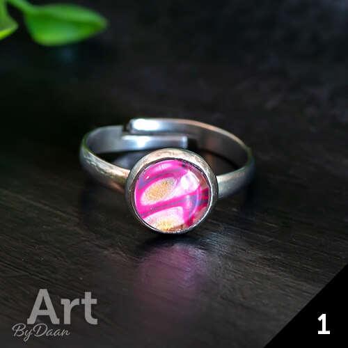 Bijzondere kleine ring met gekleurde roze steen
