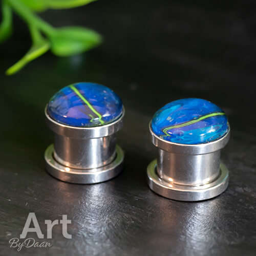 Bijzondere plugs met blauwe glimmende steen