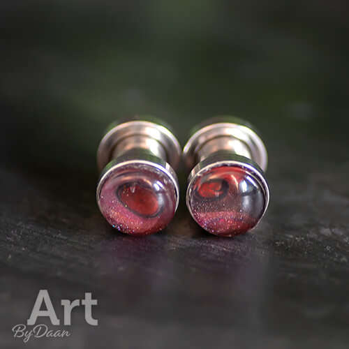 Unieke oorplugs met schroefdraad en rode steen