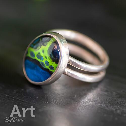 Bijzondere asymmetrische handgesmede ring met handgeschilderde blauwe steen