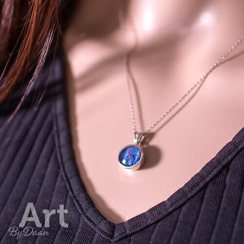 Handgesmede subtiele halsketting met blauwe steen