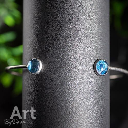 Metalen half open armband met blauwe stenen