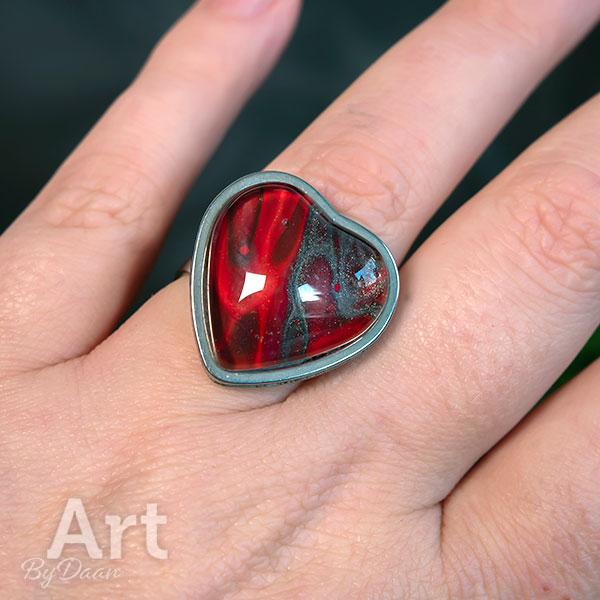 Bijzondere verstelbare damesring met rode steen in hartvorm