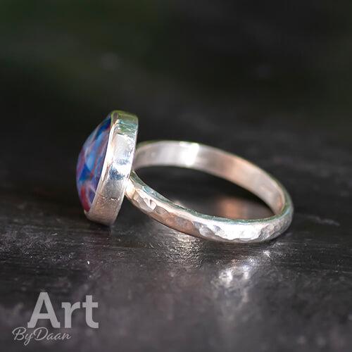 Unieke handgesmede gehamerde ring met blauwe steen