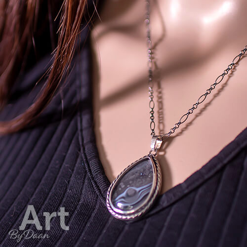 unieke handgesmede halsketting met grote druppel grijsblauw