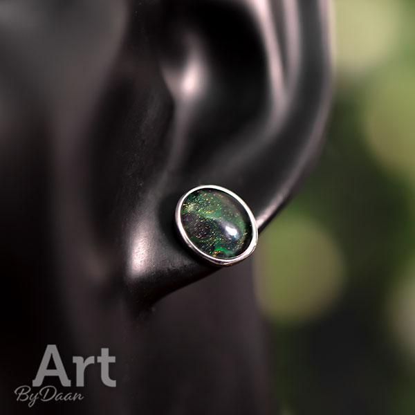 Bijzondere ovale oorknopjes met diepgroene steen