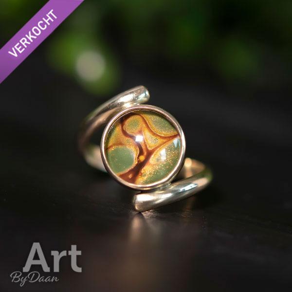 Bijzondere handgesmede 14krt gouden ring met groene steen
