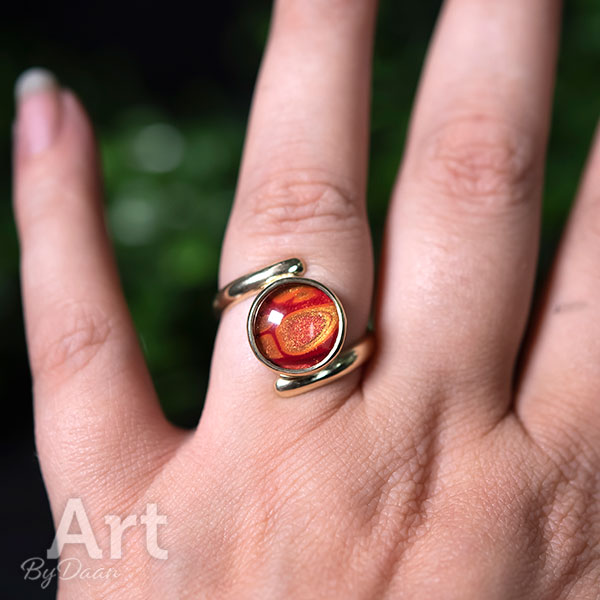 Bijzondere handgesmede 14krt gouden ring met rode steen
