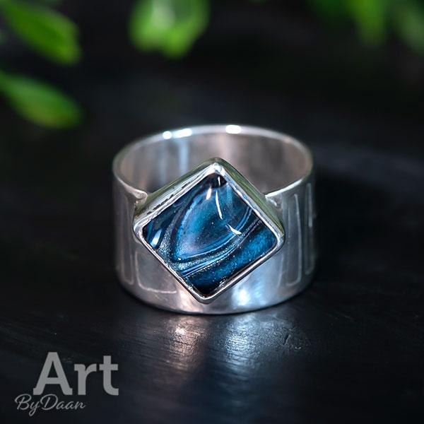 Brede handgesmede zilveren ring met ets en handgemaakte blauwe steen