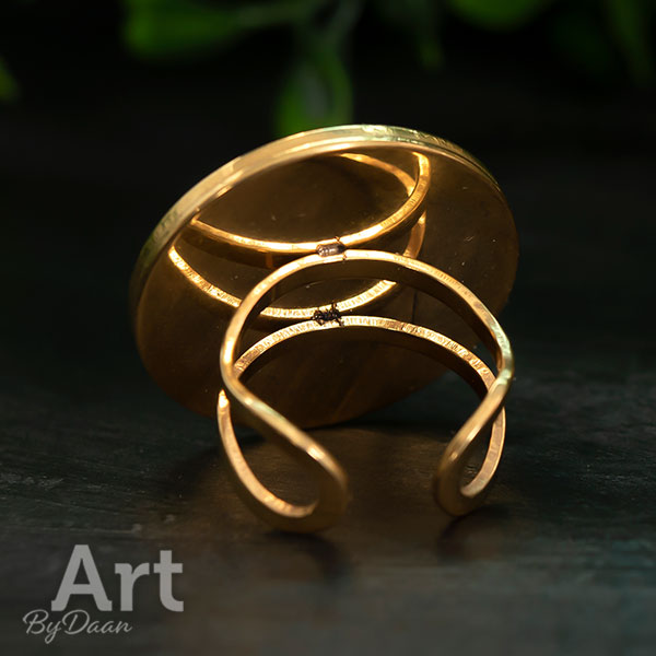 Grote opvallende vergulde ring met oranjerode steen