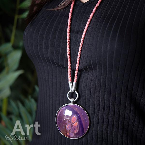 Unieke ketting met grote hanger en handgemaakte paarse steen