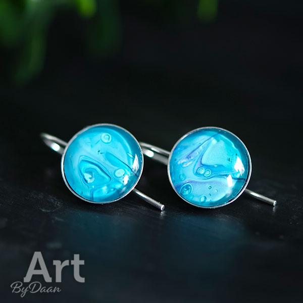Zilveren handgemaakte oorbellen met blauwe steen