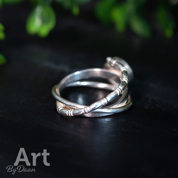Uniek ontwerp handgesmede ring met handgemaakte paarse steen