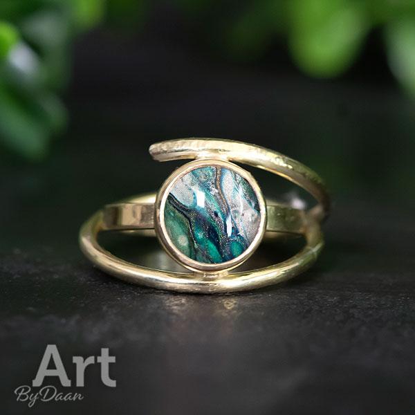 Unieke handgesmede 18krt driedubbele gouden ring met groene steen
