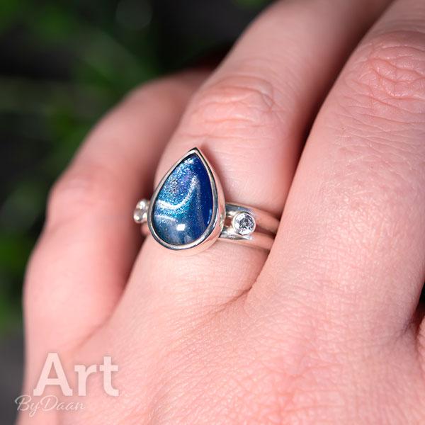 Unieke handgesmede ring met handgeschilderde blauwe steen en zirkonia's