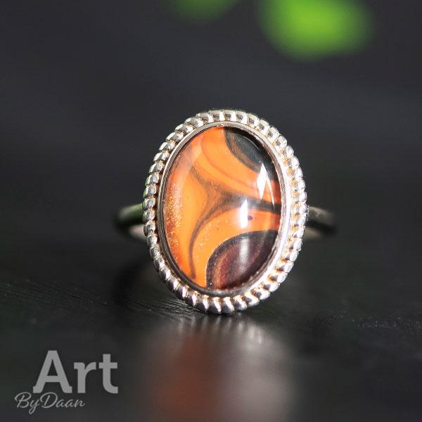 Speciale zilveren damesring met handgemaakte oranje steen