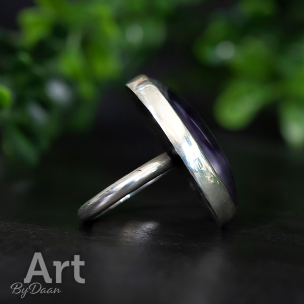 Unieke handgesmede ring met paarse steen en parelmoer