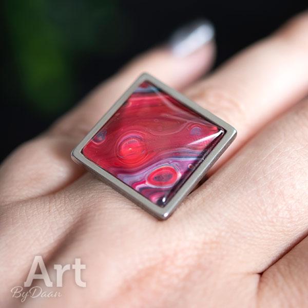 Vierkante hypoallergene ring met handgemaakte rode steen