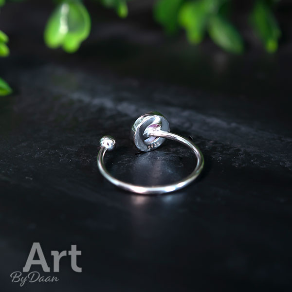 Zilveren ring voor dunne vingers met handgemaakte roze steen