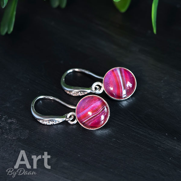 Subtiele echt zilveren oorbellen met rode steen